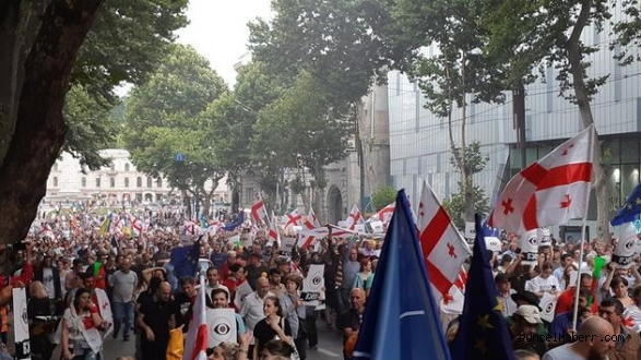 Gürcistan Batum'da Kısıtlamaların kaldırılması için protesto düzenlendi