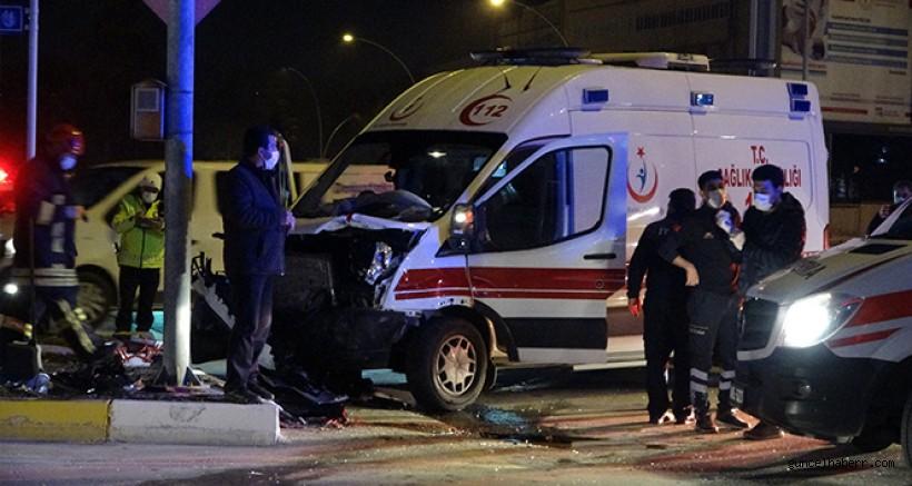Hasta taşıyan ambulans ve otomobilin karıştığı kaza kamerada
